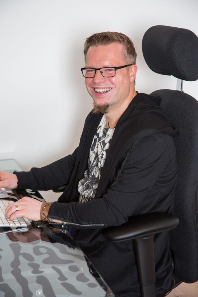 Autor Daniel Juhr an seinem Schreibtisch - Bei uns im Interview über seinen Traumjob